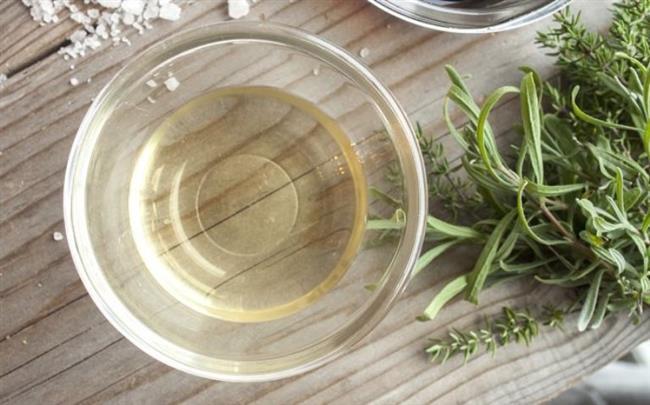 Kokulara Çözüm: Bunlara ek olarak beyaz sirkenin koku giderici özelliği de vardır. Ağır kokulu sebzeler ya da etler pişirdikten sonra mutfağınızda kalan rahatsız edici kokular havalandırılmasına rağmen çıkmıyorsa, beyaz sirkeden yararlanın. Yarım bardak beyaz sirke ve bir bardak suyu karıştırdıktan sonra, kaynatın. Buharı, hızlıca kötü kokuları mutfağınızdan arındıracaktır. Bunların dışında, yemek yaparken elinize bulaşan kötü kokuları da (balık, soğan, sarımsak) beyaz sirkeyle arındırabilirsiniz. Elinizi beyaz sirkeyle ovalarsanız, kokular yok olacaktır.