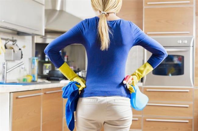 Mutfak Temizliği: Zor lekeler, dibi tutmuş ya da kararmış tencereler, fırın ve tezgâhlarınız, kireçlenen mutfak aletleri ve çaydanlık temizliğinde beyaz sirkeyi uygulayabilirsiniz. Beyaz sirke, sadece temizlemekle kalmaz; üstelik iyileştirir de. Örneğin bir türlü temizlenmeyen yanık tencerenizi karbonat ve beyaz sirke ile yeniden tertemiz yapabilirsiniz. Ayrıca kireçlenen su ısıtıcınızı da beyaz sirkeyle temizleyerek, makinenin çalışma verimi artırabilirsiniz.