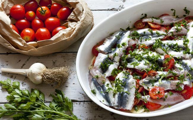Fırında Sardalaya  Malzemeler  1 kilogramsardalya balığı  2 adetorta boy kuru soğan  3 dişsarımsak  300 gramcherry domates  1/4 demetmaydanoz  1 adetorta boy limon  2 yemek kaşığızeytinyağı  1 çay kaşığıince çekilmiş deniz tuzu  1 tatlı kaşığıtaze çekilmiş tane karabiber  1 adetdefne yaprağı  Nasıl Yapılır?  Baş kısımlarını aldığınız sardalyaların iç kısımlarını dikkatli bir şekilde temizleyin. Bol suda yıkadığınız balıkların iç kısımlarını tuzlayıp fazla sularının süzülmesi için süzgeçte bekletin. Kabuğunu soyduğunuz kuru soğanları ortadan ikiye bölüp piyazlık olarak ince ince dilimleyin. Ayıkladığınız maydanoz yapraklarını bol suda yıkayıp fazla suyunu aldıktan sonra incecik kıyın. Ayıklanmış sarımsakları halka halka doğrayın. Cherry domatesleri ortadan ikiye kesin. Ortadan ikiye kestiğiniz limonun suyunu sıkın. Piyazlık doğranmış kuru soğanları fırın tepsisine yayın. Sarımsakları ekleyin. Ayıklanmış ve tuzlandıktan sonra fazla suyu süzülmüş sardalyaları kuru soğanlar üzerine açık bir şekilde yerleştirin. Ortadan ikiye bölünmüş cherry domatesler ve defne yaprağını fırın tepsisine alın. Zeytinyağı, taze sıkılmış limon suyu, incecik kıyılmış maydanoz yaprakları, balıkları tuzladığınızı unutmadan damak tadınıza göre ekleyeceğiniz ince çekilmiş tuz ve taze çekilmiş tane karabiberi küçük bir kapta karıştırın. Hazırladığınız sosu balıkların üzerine eşit olarak gelecek şekilde gezdirin. Üzerine yağlı bir kağıt kapatıp, önceden ısıtılmış 200 derece fırında 30 dakika kadar pişirin. Balıkların üzerinde bulunan yağlı kağıdı alıp pişirme işlemini 10-15 dakika daha sürdürün. Fırından çıkardığınız balıkları ılık ya da soğuk olarak sevdiklerinizle paylaşın.