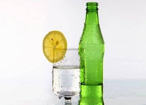 1. Karıştırın Sevdiğiniz meyve suyunu maden suyuyla karıştırın. Bunu yaparken, normalde içtiğiniz meyve suyunun yarısını kullanacağınız için, aldığınız kaloriyi önemli miktarda azaltmış olursunuz.    2. Telsiz telefon kullanın En yakın arkadaşınıza günün sıcak dedikodularını verirken, aynı zamanda da kalori yakmaya ne dersiniz? Çamaşırları yıkayın (68 kalori), masayı hazırlayın (85 kalori), ya da çiçekleri sulayın (102 kalori). (Bu değerler, 68 kiloluk bir kişi ve yarım saat üzerinden geçerlidir.)