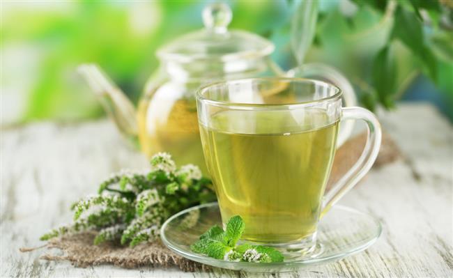 """6. Yürüyüşe çıkmadan önce yeşil çay için Kafein yağ asitlerinin açığa çıkmasını sağlar. Böylece daha kolay yağ yakarsınız. Ayrıca yeşil çayda bulunan polifenoller (antioksidan bileşikler), kafeinle birleşerek yakılan kalori miktarını artırırlar. Ancak eğer yüksek tansiyonunuz varsa, bu öneriyi dikkate almayınız.  <a href=  http://mahmure.hurriyet.com.tr/foto/diyet-fitness/21-gunde-gobek-eriten-diyet_41099  style=""""color:red; font:bold 11pt arial; text-decoration:none;""""  target=""""_blank"""">21 Günde Göbek Eriten Diyet!"""