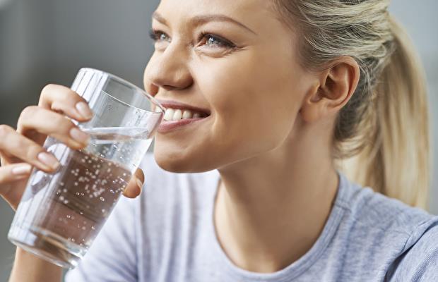 8. Suyu tercih edin Meşrubat tercihinizi sudan yana kullanın. Yanınızda şişe bulundurmak faydalı olabilir.  9. Tat alma duyunuzu yanıltın Öksürük için olan mentollü drajelerden bir taneyi ağzınızda eritmek, canınız bir şey çektiğinde, bu duyguyu köreltebilir.