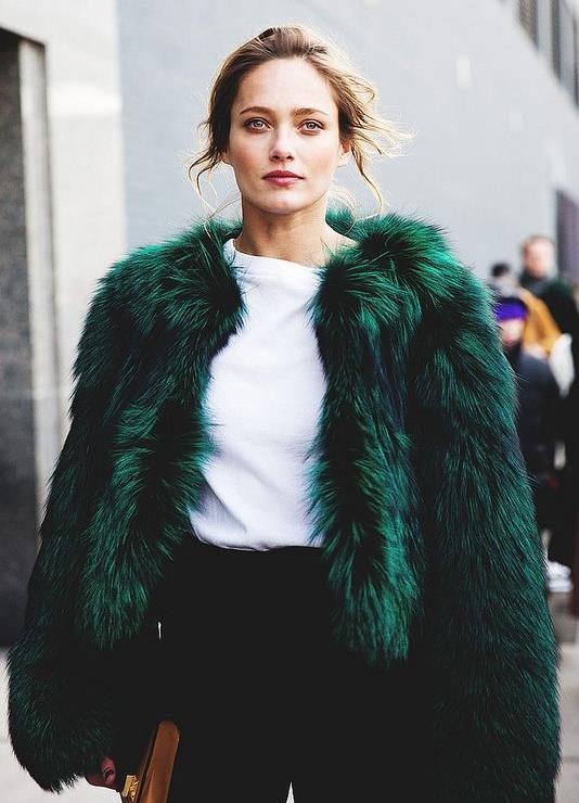 Kış modası ve 2017 yaz trendlerinde yeşil ve yeşile çalan tüm renkler sokak modasını tamamen etkisi altına alacağa benziyor.