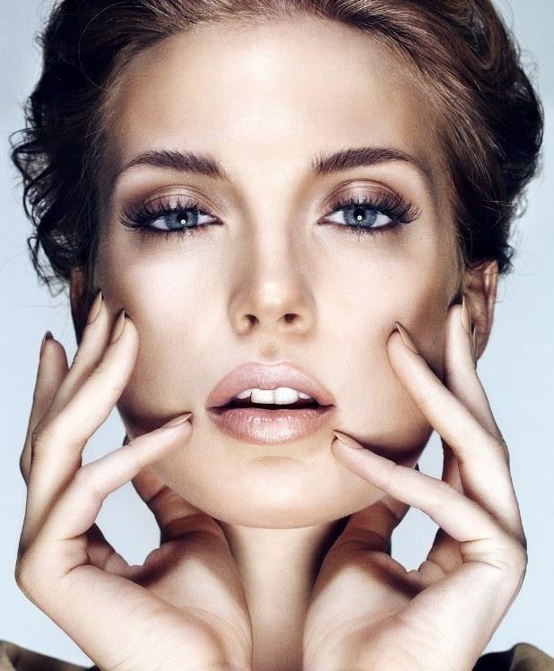 """Toprak tonlarında far kullanın. Kahverengi, mavi, yeşil ya da gri hangi göz rengine sahip olursanız olun, teninize uygun göz farı seçmeniz gerekir. Soluk, duru ve beyaz bir ten boş bir tuval gibidir. Bunun için hafif bir far kullanmanız gerekir, aksi takdirde, koyu renkler sizi parlak bir hale getirecektir.  <a href=  http://mahmure.hurriyet.com.tr/foto/guzellik/soluk-tenler-icin-makyaj-onerileri_41321 style=""""color:red; font:bold 11pt arial; text-decoration:none;""""  target=""""_blank"""">  Soluk Tenler İçin Makyaj Önerileri!"""