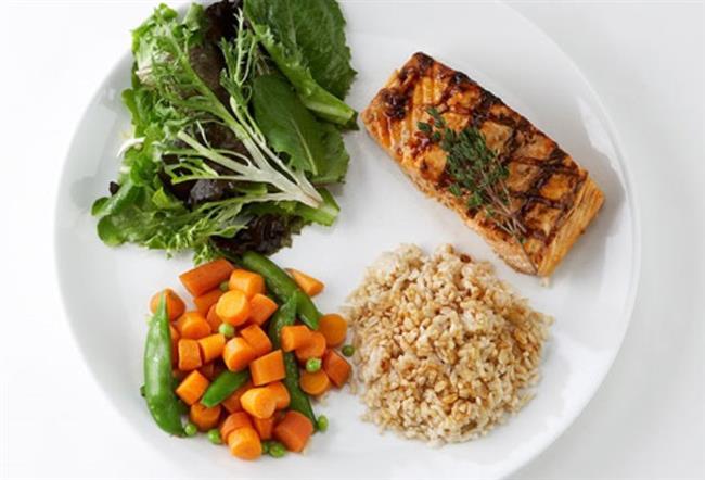 Dört besin grubunun bir arada bulunduğu menüleri tüketin. 3 ana öğün, 3 ara öğün tüketmeye özen gösterin.  Porsiyon büyüklüklerini azaltın.