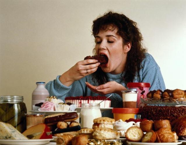 Sigarayı bırakınca kilo alırsınız. Çünkü….   Sigarayı bırakınca kilo almanın tek nedeni metabolizmanın yavaşlaması değildir. Sigara birçok kullanıcı için yemeği bitirmek demektir. Kişi karnı doyunca bir sigara içer ve yemekten uzaklaşır. Sigarayı bırakınca nikotinin vücuttan atılma sürecinde bazı kan şekeri düzensizlikleri görülebilir. Bu da sürekli yeme ihtiyacı doğurur. Sigarayı bırakmakla oluşan boşluk hissi genellikle yemekle doldurulmaya çalışılır.
