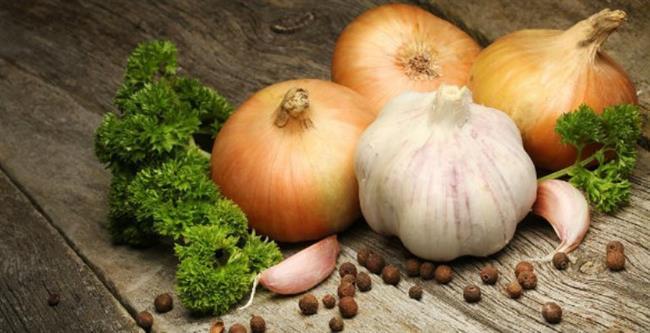 Antioksidan içeriği yüksek olan soğan ve sarımsağı sofranızdan eksik etmeyin.