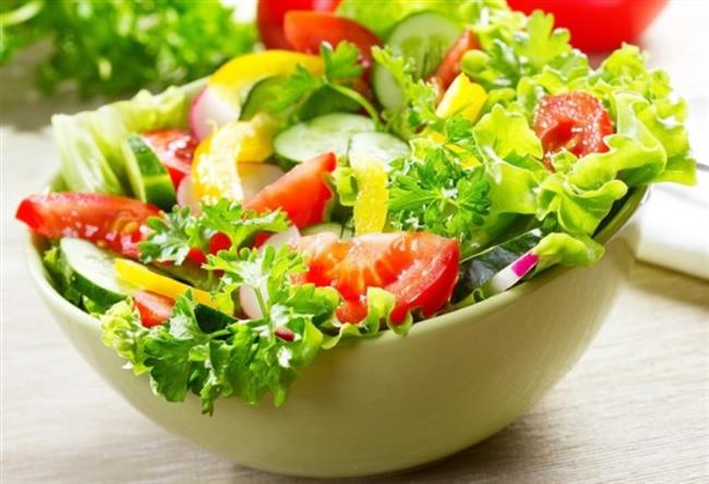 Bol yeşil salata tüketin. Kırmızılahana, havuç, brokoli, tere, ıspanak, semizotu, marul, nane gibi sebzeleri sofranızdan eksik etmeyin.
