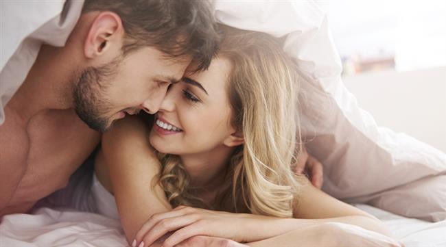 3. YANLIŞ: Cinsellik birleşmeden ibarettir.  DOĞRU: Cinsellik, ruh, beden ve zihin üçgeninde yaşanılan çok güzel bir süreçtir. Yani cinsellik çok boyutlu bir kavramdır. Bu boyutların eksik bırakılması ile yaşanan cinsellik, kadında ve erkekte cinsel sağlık sorunlarına yol açar. Seks yapmak; rahatlamış ve gevşemiş bir halde, sevişmenin ve dokunmanın verdiği hazza ve hissetmeye odaklanarak, herhangi bir performans hedefi koymadan, zamandan kopma, haz alıp haz verebilme, ruhu ve bedeni bir armağan gibi paylaşabilme, kimseyi tatmin etme zorlantısı olmadan, ne olursa olsun bir şekilde boşalabilme bilim ve sanatıdır…