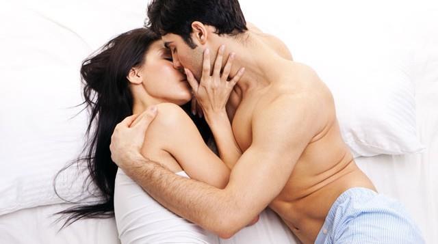 """8. YANLIŞ: Erkekler için skor ve kaç defa boşaldıkları çok önemlidir.  DOĞRU: Kadın ve erkeğin bedensel özellikleri cinsellikte de çok farklıdır. Kadınlar, uyaranların bileşimi ile arka arkaya defalarca orgazm olabilirken erkeklerde bu durum söz konusu değildir. Yani bir erkeğin kadın gibi arka arkaya boşalması mümkün değildir. Kaldı ki cinsellik ortak paylaşım, mutluluk, haz alma, iki bedeni bir ve bütün olarak hissetmek ve duyguları hareketle karşılıklı birbirine aktarmak olarak tanımlanır. Burada mühim olan skor değil, paylaşılan hazzın ve zevkin oranıdır. Erkeğin partnerinin manevi olarak tatmin olmasını sağlayabilmesinin birçok yolu vardır ama bunların en iyisi olan beş yol şöyledir: (1) aşkla dokunmak, (2) ilgiyle dinlemek, (3) birlikte kaliteli vakit geçirmek, (4) onu biricik kılmaktır, (5) romantizm sunmak... Bu beş yolu izleyen bir erkek, kadını manevi olarak tatmin etmiş olur. Cemal Süreya'nın dediği gibi; """"Bazı adamlar, incitmeden sevemezdi; kırardı, dökerdi, yangınlar bırakırdı arkalarında… Bazı adamlarsa, tüm geçmişi unutturur, parmak uçlarından öperdi..."""" Yani erkeğin nezaketli olanı makbuldür; skor takıntısıyla sekse zorlayanı değil, soğukluğuyla üşüteni değil, nezaketle seveni; öfkesini kusanı değil, nezaketle öpeni; olumsuza odaklananı değil, nezaketle iltifat edeni; çok konuşup yoranı değil, nezaketle dinleyip anlayanı…"""