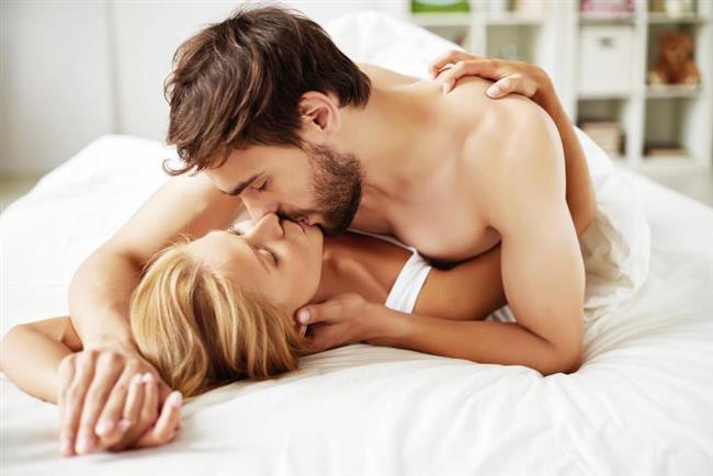 9. YANLIŞ: Erkekler kadınlara nasıl zevk verileceğini bilmelidir.  DOĞRU: Her kadın çok özel ve biriciktir. Ve zevk vücutta sürekli yer değiştirir. Bu nedenle bir erkeğin kadına nasıl zevk vereceğini tam olarak bilmesi mümkün değildir, konuşarak zek noktaları ve zevk alma şekilleri keşfedilecek bir süreçtir. Cinsellik, iki insanın yaşadığı ve birbirine zevk ve haz verdikleri çok özel bir deneyimdir. Erkeğin cinsellikte öncelikli sorumlulukları olduğunu iddia eden bu cinsel mit, performans endişesine neden olur. Cinselliği bir yarış, güç gösterisi, beceri imtihanı olarak gören erkek eninde sonunda sertleşme ve boşalma sorunlarıyla yüzleşebilir.