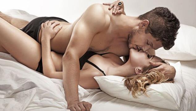 26. YANLIŞ: Erkeğin sertleşme güçlüğü iktidarsızlığın habercisidir.  DOĞRU: Cinsel ilişki başlayıp sonlanana kadar erkekte ve kadında cinsel haz ve uyarılma aynı şekilde gelişmez. Zaman zaman dalgalanmalar olur. Erkekte sertleşme hemen ortaya çıkmayacağı gibi süre sonra sertliğin azalıp artması da yaşanabilir. Bunlar son derece doğal süreçlerdir ancak erkekler sertleşmenin azalması ile panik yaşar. Bu durum başaramama korkusunu doğurur ve sorunun süreklilik göstermesine neden olabilir.