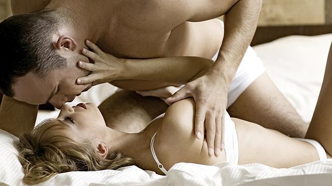 27. YANLIŞ: Erkekler sadece cinsel organından zevk alırlar.  DOĞRU: Erkeklerin cinsel hazzı sadece cinsel organından aldığı doğru bir bilgi değildir. Kadın veya erkek fark etmeksizin insan bedeni sinir ağları ile örülmüştür. Bir erkeğin cinsel hazzı cinsel organda yoğunlaşmış olabilir ama tıpkı kadındaki gibi göğüs uçlarından haz alabilir. Üstelik zevk bedende dolaşır. Cinsellik de bedende dolaşan hazzın karşılıklı aranması sürecidir. Önemli olan partnerlerin birbirlerinin haz noktalarını keşfetmesi ve zevki bedende aramasıdır.
