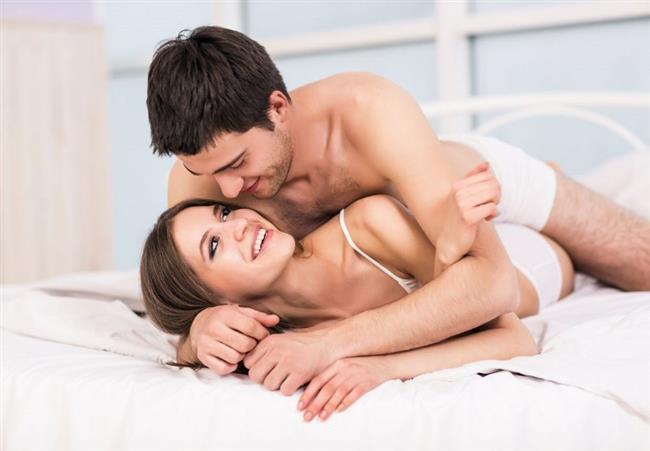 17. YANLIŞ: İlişki sırasında kilitlenip kalma durumu olabilir.  DOĞRU: Çiftlerin en çok korktuğu olaylardan biri de, kadın ve erkeğin ilişki sırasında birbirlerine kilitli kalmalarıdır. Bu cinsel mite tıpta 'Penis Captivus' adı verilir. Ancak insanlar için değil köpekler için kullanılan bir tanıdır. Dişi köpek erkeğin spermlerini daha fazla tutabilmek ve döllenme olasılığını artırmak izin sağmaya benzeyen bir kasılma hareketi yapar. İşte kitlenme, kilitlenip kalma köpeklerde bu yüzden olur. Ancak ne insan doğasında böyle bir davranış vardır, ne de sıkıştıracak kadar güçlü kasları…
