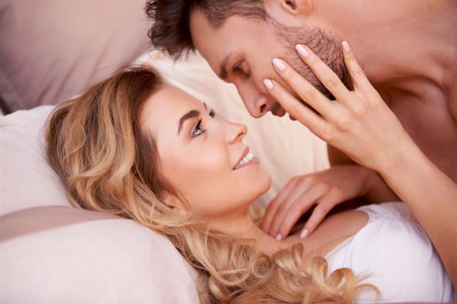 23. YANLIŞ: Kadınlar kalın ve uzun cinsel organdan hoşlanırlar.  DOĞRU: Pornografik yayınlarla pekişen bu cinsel mit oldukça yaygın bir yanılsamadır. Pek çok erkek, kendi cinsel organının yetersiz olduğunu düşünür. Gerçekte büyük cinsel organ çoğunlukla kadına acı verebilir. Vajinanın anatomisi de aslında büyük veya uzun bir cinsel organa gereksinim duymaz. Çünkü vajinal zevk bölgesi aslında vajinanın ilk 3 santimetresinde, G noktası adı verilen ve klitorisin hemen altına denk gelen bölgededir. Vajinal kanalın devamında anılan bölgenin dışında cinsel organın zevk verebileceği başka bir nokta bulunmamaktadır. Üstelik sertleşmemiş halde iken de zevk verebilir. Gerçekte odaklanmak gereken ölçüt organların boyu değil, karşılıklı bedenlerle verilen haz oranıdır.