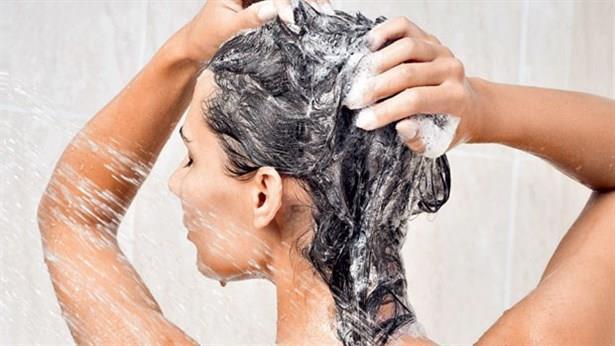 1 kaşık şeker eklediğiniz şampuanı saç derisine nazikçe masaj yaparak uygulayın.