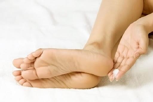 Talk pudrası  Talk pudrası yüzeye uyguladığınız baskıyı hafiflettiği için yanmalara son verebilir. Eğer çorap giymeyecekseniz ayakkabınıza pudra dökerek onları rahatça giyebilirsiniz.