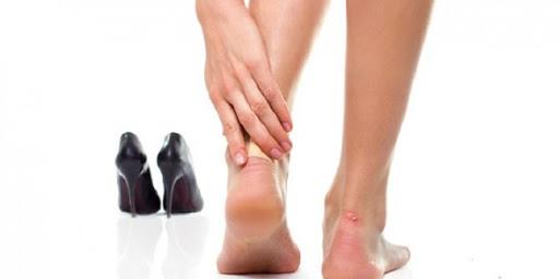 Nemlendirici krem  Bu metod sadece deri ayakkabılar da işe yarıyor. Özellikle topuk ve parmak bölgesine gelmesine dikkat ederek ayakkabınızın içine nemlendirici kreminizi sürün. Krem deriyi yumuşatacak ve tekrardan şekillendirecektir.