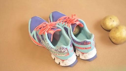 Patates  Bu yöntemi yeni aldığınız spor ayakkabılarınız için kullanabilirsiniz. Temiz bir patatesi ayakkabılarınıza sıkıştırın ve gece boyunca bırakın. Patatesi çıkardıktan sonra ayakkabınızın içindeki nemi bir bez yardımıyla temizleyin.