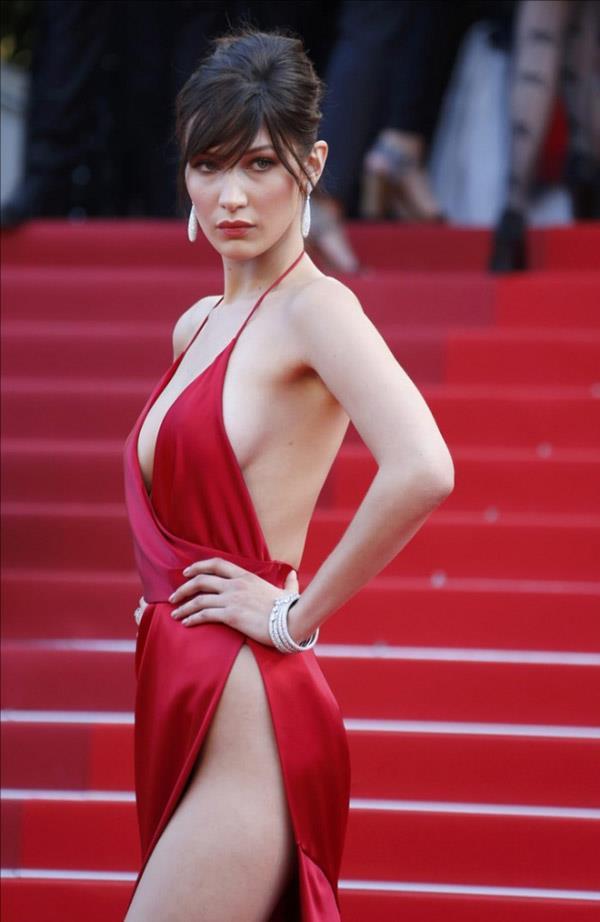 Kasık dekoltesi elbise modellerinde genelde derin V yaka ve sırt dekolteside birlikte kullanılıyor.