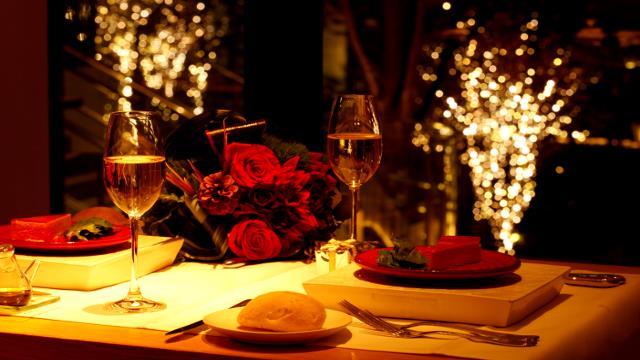 Mum Işığında Romantizm Yaşayın   Mum ışığının romantik gücünü kullanarak evin giriş kapısından yatak odasına kadar her yeri mumlarla süsleyin. Yarattığınız mum yolunun sonunda elinizde bir gül ile sevgilinizi bekliyor olun.