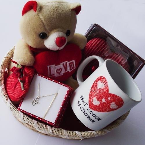 Özel Bir Aşk Kutusu Hazırlayın   Sevgililer gününde sevgilinize aşkınızı 5 duyunuz ile anlattığınız özel bir  kalp kutu hazırlayın. İçini aşkınızı anlatan tatli çikolatalar, yumuşak bir atkı, sevdiği bir parfüm, romantik bir resim, sizin için hatırası olan şarkıların olduğu bir cd ile süsleyin.