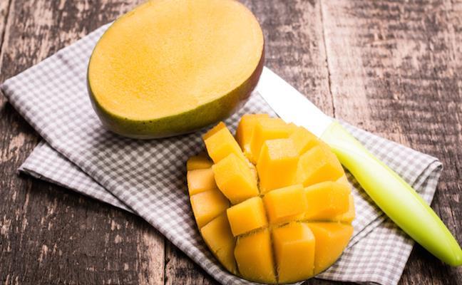 """Mango Maskesi  İki çorba kaşığı mango suyu  İki çorba kaşığı çilek suyu  Bir çay kaşığı vanilya  Yarım limonun suyunu karıştırın.  <a href=  http://mahmure.hurriyet.com.tr/foto/guzellik/sivilcelerinize-surerseniz_41636  style=""""color:red; font:bold 11pt arial; text-decoration:none;""""  target=""""_blank"""">  Sivilcelerinize Sürerseniz…"""