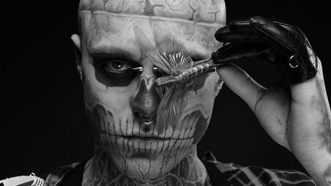 Genest, vücudunun çoğunluğunu kapsayan iskelet dövmeler ile oldukça sıra dışı görünüm sergileyen modellerden biri.