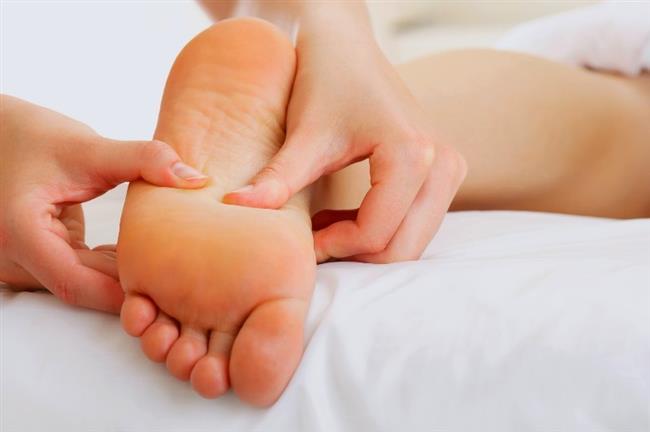 Ayakta su toplanması, vücuttaki küçük çaplı doku zedelenmelerine bağlı olarak epidermis (üst deri) ile dermis (alt deri) arasında su birikmesi ile oluşur. Ayak tabanında, topukta veya parmaklarda meydana gelebilir.