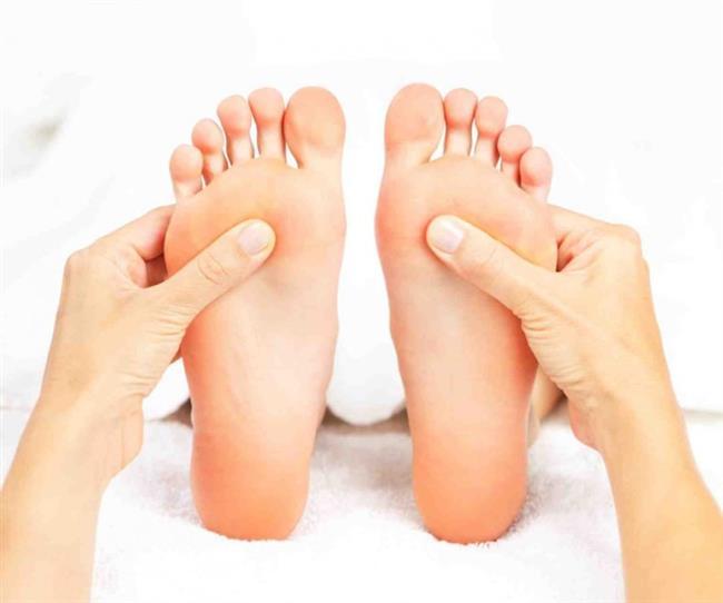 Tahrişe bağlı nedenler:  Ayakta su toplanmasının başlıca nedeni, ayağın formuna uygun doğru ayakkabının giyilmemesidir. Ayaklar ve ayakkabı arasındaki sürtünme sonucu açığa çıkan ısı ile ayakta su toplanır. Bir diğer neden de, ayağın hava almadan sürekli ayakkabının içinde kalmasıdır. Bu da, ayağın terleyip nemlenerek derisinin yumuşamasına sebep olarak oluşur. Aynı şekilde, dışarıdan ayakkabının içine su alınmasıyla da meydana gelebilir. Bu durumlar, genel olarak sürtünme, sıcak, kir, nem gibi sebeplerle ayakta tahrişe bağlı olarak oluşan su toplamalardır.  Tahrişe bağlı nedenlerden oluşan su toplaması, genellikle birkaç gün içerisinde kendiliğinden geçer. Bu süreyi kısaltmak ve ayağı rahatlatmak için yapılabilecek basit tedavi yöntemleri vardır. Eğer oluşan içi su dolu şişlik birkaç milimetre ise patlatılmayabilir ve kendi kendine iyileşmesine izin verilebilir. Ancak eğer su toplanan yerin çapı 5 milimetreye ulaşmışsa, şişlik steril bir şekilde patlatılarak ayakta toplanan su nazikçe çıkarılmalıdır. Böylece hissedilen ağrı da azalacaktır. Bu işlem, ucu yakılarak sterilize edilmiş bir iğne yardımıyla gerçekleştirilebilir. Steril olması, mikrop kapmaması ve sonradan enfeksiyon oluşmaması için son derece önemlidir. Ardından, sorunlu bölgeye lokal antisepsi (mesela, içinde baticon bulunan bir solüsyon) uygulanır. Bunun da ardından, antiseptik nemlendirici ayak kremi ile bölge nemlendirilerek iyileşmesi beklenir. Bölgenin hava ile teması kesilmemelidir, böylece iyileşme süreci hızlanacaktır.