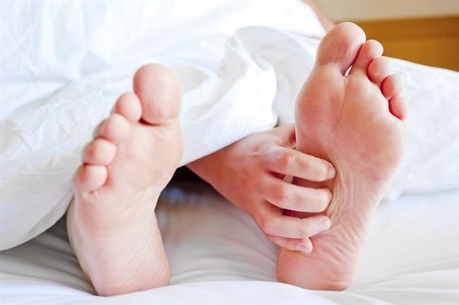 Önlem ve Tedavisi  Ayakta su toplaması oluşmaması veya oluşan kabarcığın nasıra dönüşmemesi için nelere dikkat edilmelidir?  1-Ayaklar, vücudun tüm yükünü kaldıran, çok aktif organlardır. Onların sağlığını korumak için öncelikle ayakkabı seçimine dikkat edilmelidir. Ayağın yapısı iyice analiz edilerek, adımların nasıla atıldığı da belirlenerek (düz basma, topuğa basma vs.), parmak formu da dikkate alınarak en doğru ayakkabılar giyilmelidir. Ayakkabının astarının hava almasına dikkat edilmelidir.  2-Ayaklar, ayakkabının içinde çok fazla hareket etmemelidir. Ayakkabı, ayağı rahatça sarmalı, ne sıkışma yaratmalı ne de boşluk bırakmalıdır. Sürtünme yaratmayan ve ayağı kavrayan bir ayakkabı seçilmelidir.