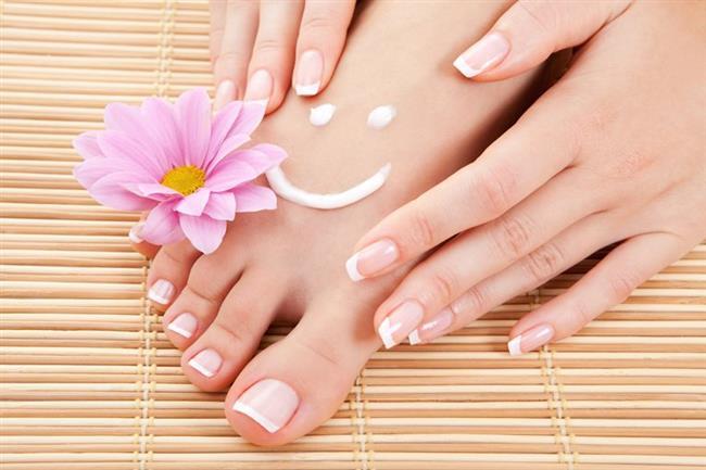 """3-Ayakkabıyla birlikte çorap seçimi de çok önemlidir. Ayaklar çok terleyen yapıdaysa, pamuklu veya merserize çoraplar tercih edilmeli ve çorabın ayağın terini emmesi sağlanmalıdır.  4-Ayakların aşırı sıcak veya nemle teması engellenmelidir.  5-Gün içinde çok fazla ayakta kalınmamalıdır.  <a href=  http://mahmure.hurriyet.com.tr/foto/saglik/bacaklarinizdaki-bu-belirtiye-dikkat_40699 style=""""color:red; font:bold 11pt arial; text-decoration:none;""""  target=""""_blank"""">  Bacaklarınızdaki Bu Belirtiye Dikkat!"""