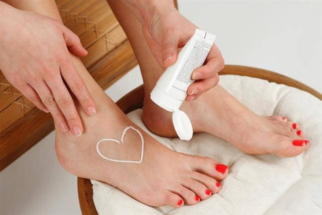 9-Yazın, ayağın hava almasını sağlayan açık ayakkabılar ve terlikler tercih edilmelidir.  10-Banyo sonrasında ayakları iyice nemlendirmek gerekir. Ayaklar sık sık masaj yapılarak nemlendirici kremler yardımıyla nemlendirilmelidir.  11-Su toplanmasının sonrasında istirahat edilmelidir. Mümkünse bir süre yürünmeden veya fazla hareket etmeden dinlenilmelidir.