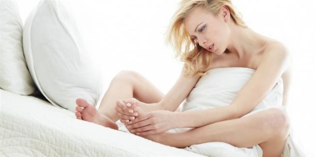 12-Eğer, su toplanmasına neden olan belirli bir aktiviteye devam edilmesi zorunluysa ve istirahat edilemeyecekse, kabarcığın etrafı iyice temizlenerek yumuşak bir bezle kapatılabilir. Ancak bez o noktaya iyice sabitlenmelidir ki, ayak daha fazla sürtünme yaşamasın ve enfeksiyon oluşmasın. Bu şekilde aktiviteye kısa bir süre daha devam edilebilir. Aktivite sonlandıktan sonra, bez oradan kaldırılmalı ve ayağın hava almasına izin verilmelidir.  13-Uzun yürüyüşlere çıkılacağı zaman, ayak parmakları arasına pamuk konabilir ve ayağın bütününe pudra sürülebilir.