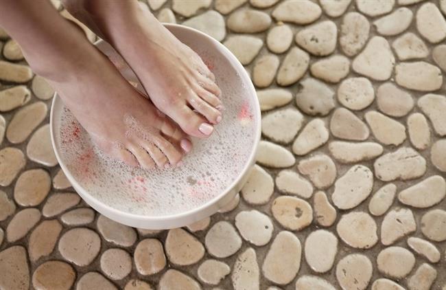 Ayaklar her gün yıkanarak temizlenmelidir. Sporcular, ayak sağlığına daha çok dikkat etmelidir. Vücutlarında ardışık olarak oluşan travmalar sebebiyle, daha sık ayakta su toplaması yaşayabilirler. Rahatsız ayakkabılarla konforsuz şekilde ve uygunsuz zeminlerde yapılan aşırı sık ve uzun yürüyüşlerden kaçınılmalıdır. Ayaklar kuru ve serin tutulmalıdır. Aynı ayakkabılar her gün üst üste giyilmemeli, değişik ayakkabılar tercih edilmelidir. Her gün topuklu ayakkabı giyilmemelidir.