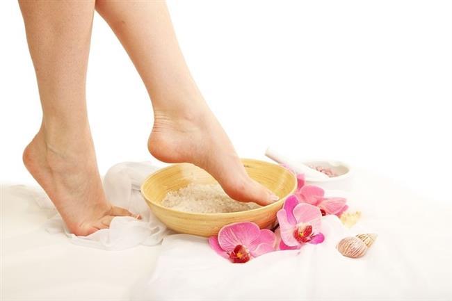 20-Doğal bir nemlendirici ve E vitamini kaynağı olduğu için, ayak nemlendiricisi olarak tercih edilebilir. Veya, içerisinde aloa vera olan hazır kremler kullanılabilir.  21-Yeşil çay, ağrı ve şişlikleri hafifletir. Aynı zamanda anti inflamatuardır. Ayrıca, cildin kendini yenilemesine de yardımcı olur. Bu nedenle, çeşitli nedenlerle şişmiş veya rahatsız hissettiren ayaklara, sıcak suda demlenmiş yeşil çay poşetleri uygulanabilir. Poşetin ılıması muhakkak beklenmelidir. Bu sayede, su toplanması henüz gerçekleşmeden önüne geçilebilir.  Kaynak:OnikiBilgi