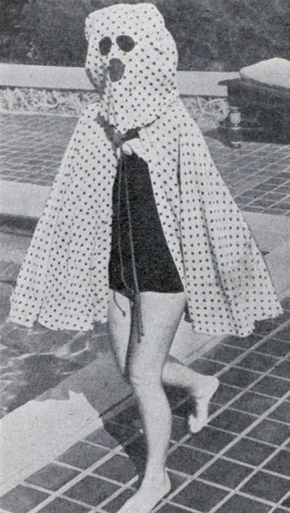 6-Güneş Işınlarından Koruyan Pelerin  1946 yılında güneş kremi icat edilmediği için kullanılan bu pelerin, hassas cilde sahip olanları, zaralı güneş ışınlarından korumayı amaçlıyordu.