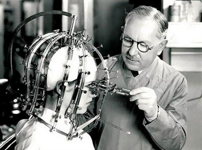 7-Makyajın Nereye Uygulanması Gerektiğini Belirleyen Alet  1930'larda ünlü bir makyaj firması tarafından tasarlanan bu alet kişinin surat özelliğine göre makyajın nereye yapılması gerektiğini belirliyordu.