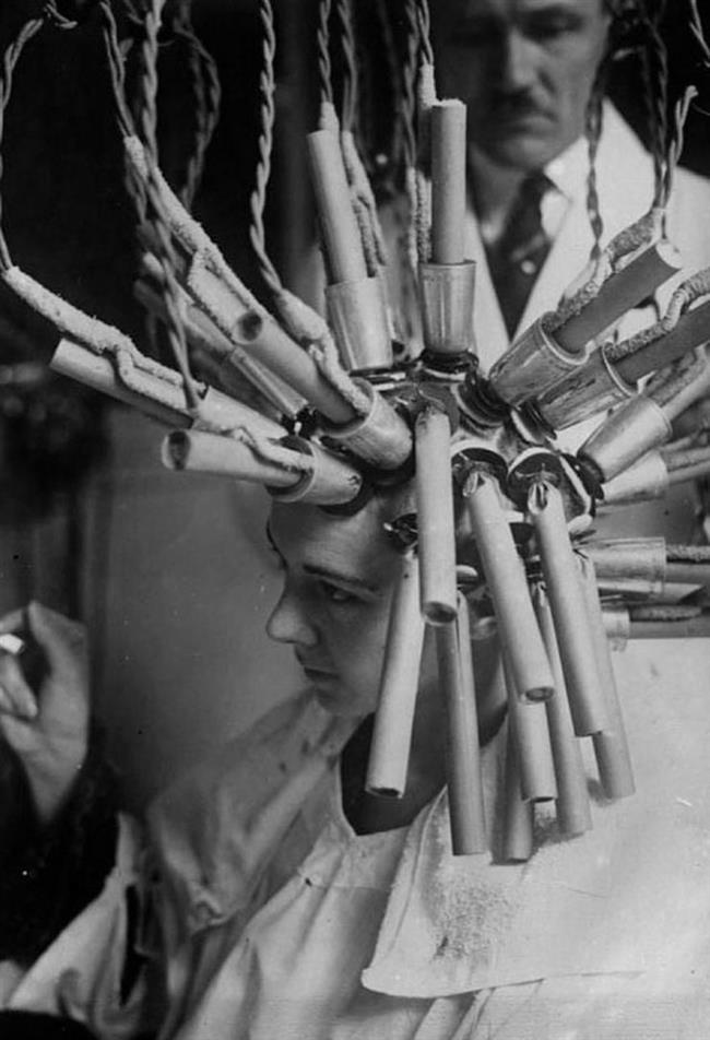 8-Perma Makinesi  1920'lerde permalı kıvırcıklara ulaşmak Almanya'da kullanılan için bu acılı alete sahip olmak gerekiyordu.
