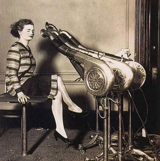 4-Saç Kurutma Makinesi  Bu devasa makine bugünküyle kıyaslandığında oldukça farklı. Saçınızı kurutmanın yanında beyninizi de uçuracakmış gibi bir görüntüye sahip.