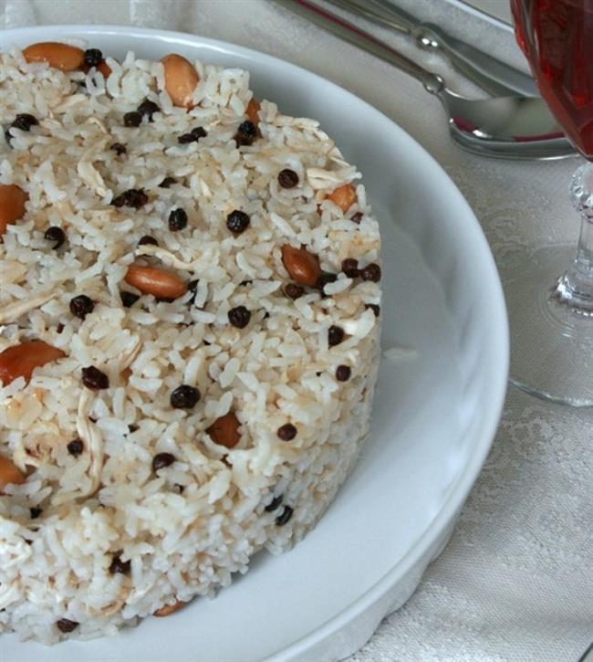 Bademli Pilav   Malzemeler  1, 5 su bardağı pirinç 3 su bardağı tavuk suyu ya da su Yarım çay bardağı badem 1 yemek kaşığı tereyağ 4 yemek kaşığı sıvı yağ Tuz Bir tutam maydanoz   Yapılışı  Sıcak suda kabuklu bademler bir süre bekletilerek kabukları soyulur. Pilav tenceresinde tereyağ ve sıvı yağ birlikte eritilir. Kabukları soyulan bademler yağda çok az kavrulur. Üzerine ayıklanmış ve yıkanmış pirinç eklenerek kavurmaya devam edilir. Varsa tavuksuyu eğer yoksa normal su ilavesi yapılıp tuzu eklenir ve ocağın en düşük derecesinde yaklaşık 20 dakika pişmeye bırakılır. Normal su kullanılıyorsa bir tablet tavuk bulyon eklemek pilavınıza lezzet katacaktır. Pilav pişmeye yakınken ince ince doğranmış bir tutam maydanoz pilava eklenir. Altı kapatılıp havlu kağıt serilerek demlenmeye bırakılır.