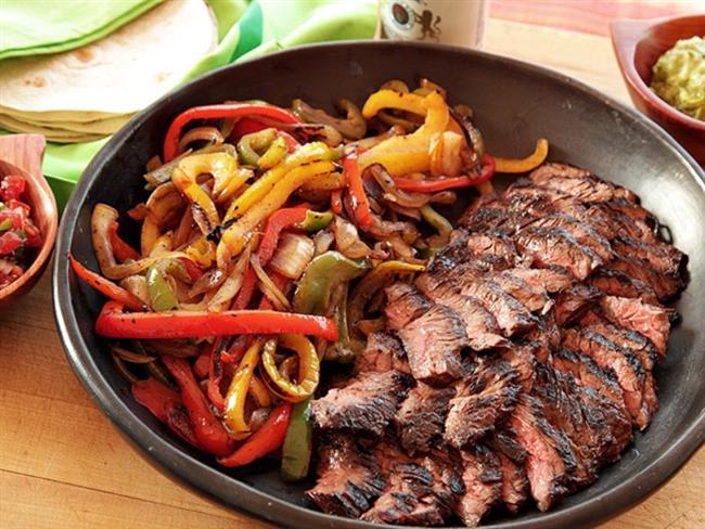 Sebzeli Biftek  Malzemeler:  500 gr biftek 1 kırmızı biber 1 havuç 2 sivri biber 3 diş sarımsak 1 soğan tuz karabiber kekik 1 yemek kaşığı nişasta 1/2 çay bardağı sıvı yağ  Yapılışı:  2 yemek kaşığı nişasta, 1/2 su bardağı su ile karıştırılır. Biftekler parmak şeklinde doğranır, nişastalı suya koyulur bekletilir. (Bifteklerin daha çabuk pişmesi sağlanır.) Biftekler hemen çıkartılır teflon tavada yağsız olarak kızartılır.  Biber soğan havuç sarımsak doğranır. Sıvı yağda kavrulur. Üstüne tuz, karabiber kekik ekilir.  2 yemek kaşığı su katılıp pişirilir. Sonra yağsız kavrulmuş biftekler de içine katılır biraz daha pişirilir. Ocak kapatılır.