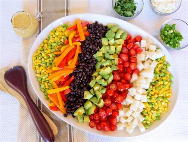 Renkli Salata  Malzemeler  4 tane büyük boy patates4 tane orta boy havuç 4 dal taze soğan 1 bağ maydanoz 1 çay bardağı konserve mısır Yeteri kadar sıvıyağ 1 tane limon suyu  Yapılışı  Patatesleri basınçlı tencereye alarak yeteri kadar su ilavesi yapın. Orta hararetli ısıda patatesleri haşlayın. Haşlanan patateslerin kabuklarını soyarak çukur bir kabın içine alın. Çatal yardımı ile patatesleri soğumadan ezin. Ezdiğiniz patatesleri 3 eşit parçaya bölerek ayrı kapların içine alın. Her bir patatesin üzerine eşit şekilde sıvıyağ ve limon suyu gezdirerek karıştırın.Havuçların kabuklarını kazıdıktan sonra rendeden geçirin.