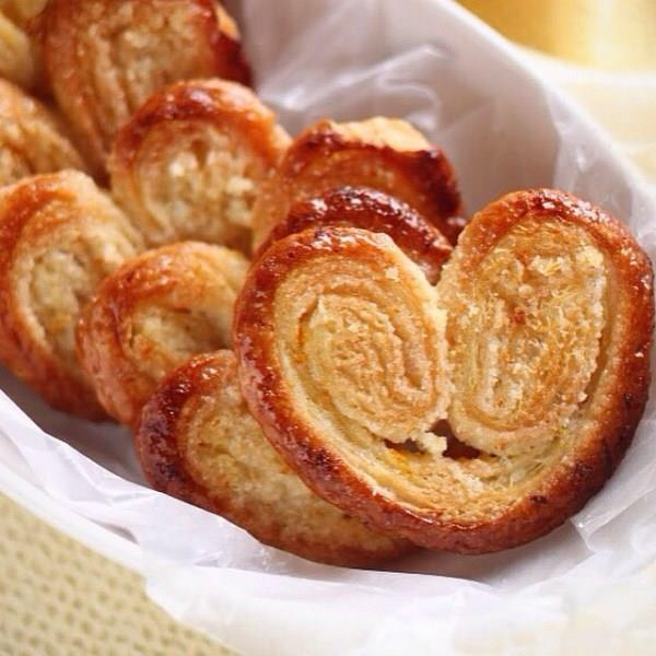 Kalpli Börek  Malzemeler  3 adet taze yufka İç malzemeleri Göz kararı ay çiçek yağı ve zeytin yağı 1 büyük soğan 1 tatlı kaşığı salça 1 büyük rendelenmiş patates Tuz Karabiber Üzeri için; Yumurta Susam Çörek otu  Yapılışı  İç malzemeleri sırayla kavurarak pişirilir. Bir yufka yağlanır ve ortadan ikiye kesilir. Her iki parçaya iç malzeme konup rulo yapılır ve her iki taraftan yuvarlanarak kalp şekline getirilir. Boş kalan yere artan yufka ve iç malzeme konulur. Diğerlerinde bu şekilde sarılıp üzerine yumurta çörek otu susam serpilir. Önceden ısıtılmış 200°deki fırında ara ara kontrol ederek pişirin.