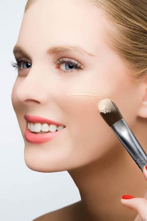 Fondöten sürmenin püf noktaları arasında yer alan ilk detay, fondöteni cildinize uyguladığınız makyaj fırçası, ya da makyaj süngeri ile ilgilidir. Makyaj sırasında, yüzünüze sadece fondöten sürmek için bir makyaj süngeri; ya da fırçası tahsis etmeniz gerekmektedir. Bu sünger, ya da fırçanın ise, kullanımından önce kesinlikle temizlenmiş olması gerekir. Aksi halde cildinizde akne, ve sivilcelere neden olur.