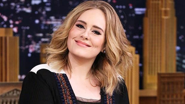 """Adele, """"25"""" adlı albümüyle """"Yılın Albümü"""" ve """"Hello"""" adlı parçasıyla da """"Yılın Şarkısı"""" ödülüne layık görüldü. Törende sahneye çıkan Adele, aralık ayında yaşamını yitiren İngiliz şarkıcı George Michaelın anısına """"Fast Love"""" şarkısını söyledi."""