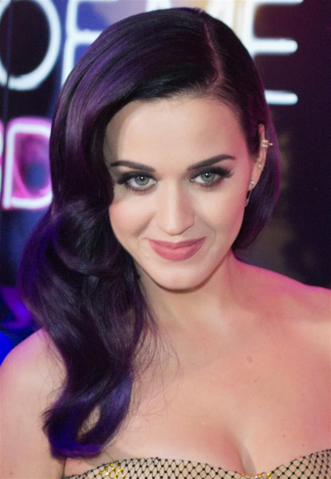 Katy Perry, Metallica, John Legend, Lady Gaga, Alicia Keys, Keith Urban, the Weekend, Daft Punk ve Bruno Mars da törende sahneye çıkan ünlü isimler arasında yer aldı.