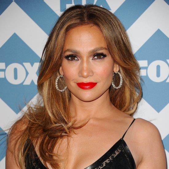 """Ünlü şarkıcı Jennifer Lopez, Nobel Edebiyat Ödüllü sahibi Amerikalı siyahi kadın yazar Prof. Toni Morrisonun """"Umutsuzluğa düşmeye zaman yok, kendine acımaya yer yok, sessizliğe gerek yok, korkuya yer yok."""" sözlerini dile getirerek Başkan Donald Trumpa siyasi mesaj verdi.  Beyaz takım elbisesi ve üzerinde """"Israr"""" yazılı pırıltılı bir kol bandıyla sahneye çıkarak yeni şarkısı """"Chained to the Rhythm""""ı seslendiren Katy Perry de Trump karşıtı protesto gösterilerinde kullanılan """"Nefret yok"""" sloganını yineledi."""