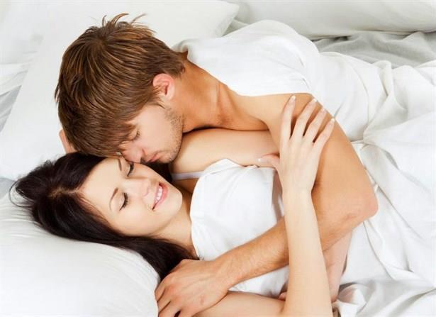 • Neden Elini Tutmak, Sarılmak İstiyorum?  Psikolojinin birçok alanında sarılmanın sakinleştirici etkisi artık kabul görmüş durumda. Bu, aşk için de geçerli çünkü özellikle sevdiğimiz kişiyle deneyimlediğimiz fiziksel temas 'oksitoksin'i harekete geçiriyor.