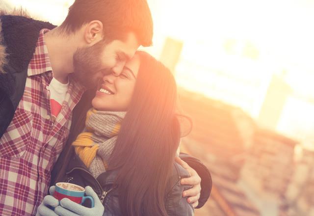 • Neden Mutlu Oluyorum?  Aşık olduğumuzda beynimizde dopamin denilen mutluluk hormonu salgılanıyor. Dopamin, aşık olduğumuz kişiyle aramızdaki o özel bağı oluşturuyor. Bu nedenle pek çok kişinin yer aldığı bir ortamda bizi heyecanlandıran tek kişi 'aşık olduğumuz kişi' oluyor ve kendimizi mutsuz hissettiğimizde onun sesini duymak yüzümüzü güldürüyor.